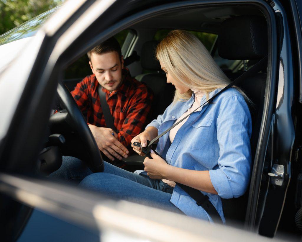 student-fastens-seat-belt-in-car-driving-school-1.jpg
